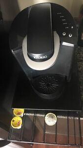 BLACK KEURIG SINGLE SERVE COFFEE MAKER