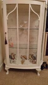 Display cabinets in white