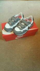 Girls nike metro plus trainers in size 8.5 NEVER WORN