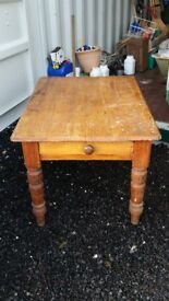 Beautiful Antique Pine Table, with turned Legs and Drawer