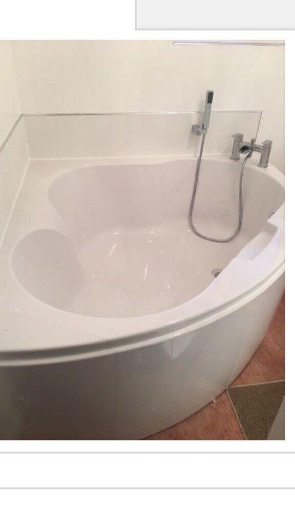 Barcelona corner bath with tap