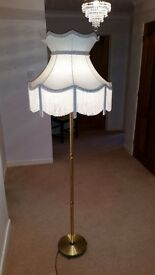 Belysning brass floor lamp and cream tassle shade