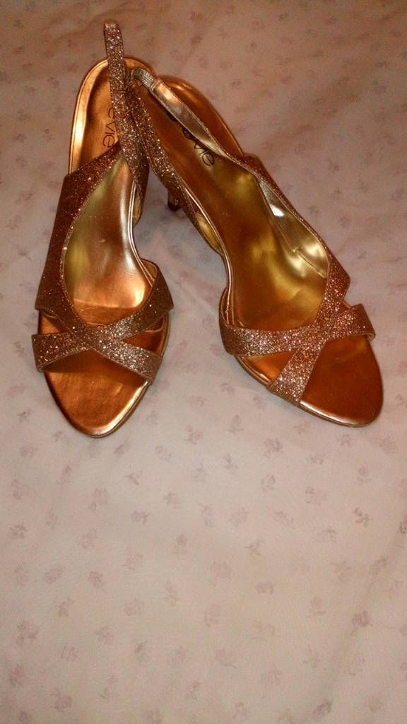 Ladies shoes, new size 6.