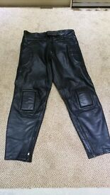 "MENS BLACK LEATHER BIKE TROUSERS 38"" WAIST WITH PADDING IN VERY GOOD CONDTION"