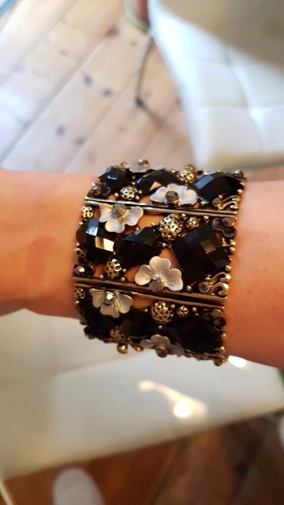 Black and Gold Jewelled Cuff Banglein South Croydon, LondonGumtree - Gorgeous black and gold jewelled cuff bangle for sale Clip on costume jewellery. Dress up your outfit for the evening! Impressive piece to create interest. Yours for £7. Cash only. New notes only. Price non negotiable, no offers. Pick up collection...