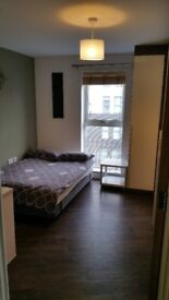 Dbl bed room in a stunning river view apartment £650pcm all bills incl.