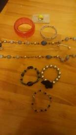 8 pieces of costume jewellery