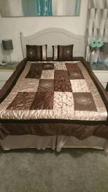 Double bed throw and matching cushions