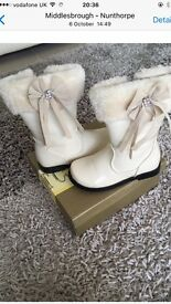 Girls white boots with fur