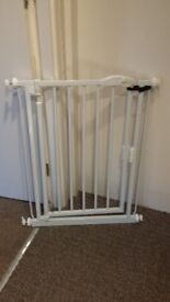 NARROW FIT pressure mount stair gate.