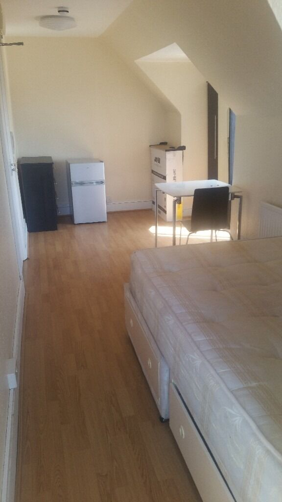 DOUBLE & SINGLE ROOMS AVAILABLE NEXT TO CHADWELL HEATH STATION.
