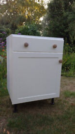 Magnet Shaker kitchen storage units in Cream. 4 wall units and 4 matching base units with drawers.