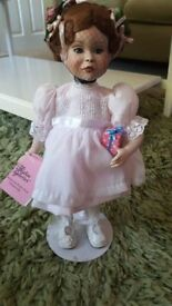 "PARADISE GALLERIES "" A PARTY FOR SARAH "" COLLECTABLE PORCELAIN DOLL ON STAND"