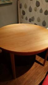 Solid wood extendible table
