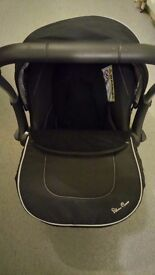As good as new, black sliver cross carseat with cozy feet and rain cover