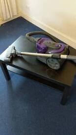 Vacuum cleaner with retractable cable