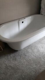 Bath. Roll top with vlawed feet and accessories. 160cm x 80cm. Brand new. Unwanted project.