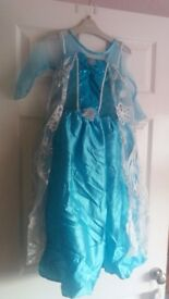 Frozen Elsa and Anna dressing up costumes 5/6