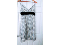 dress size M (UK 10)