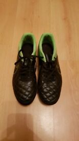 Mens Nike leather football boots. Size 8 in excellent condition. Screw in studs.