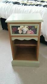 Cabby chique bedside table with drawer