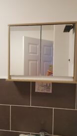 Wallmounted bathroom cabinet with 2 mirrored doors