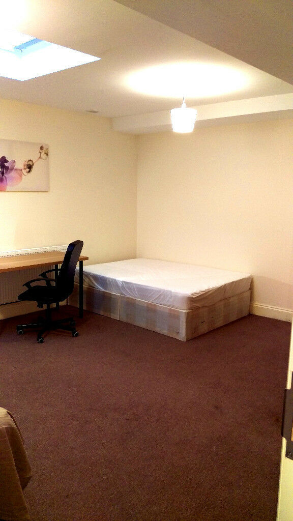 Large double room in Hendon central.