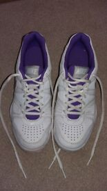 White Nike kids tennis shoes UK5 EU38
