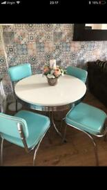 Gorgeous table and chairs, excellent condition