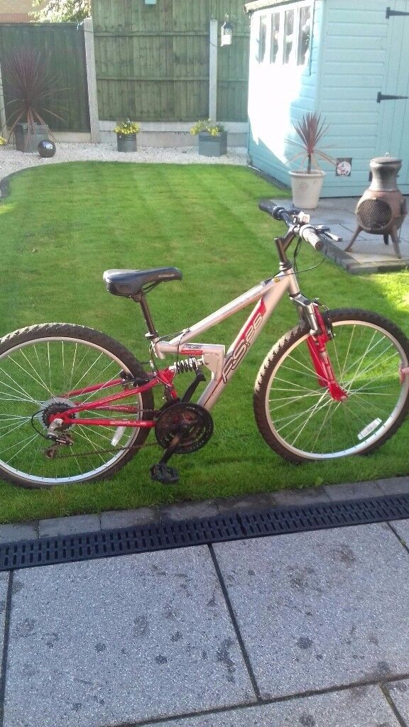"""MOUNTAIN BIKE APOLLO FS 26 RED AND SILVER 18 GEARS 14"""" FRAMR"""
