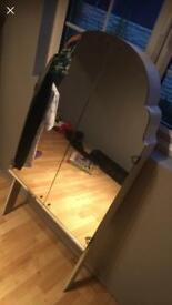 Detached dressing table mirror