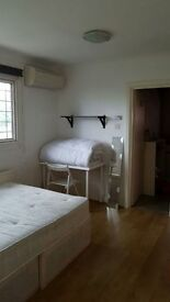 Amazing Huge double room for single use available now in Golders Green in an amazing Villa!!!NO FEE!