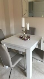 White gloss extendable table
