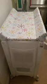 Baby bath with changing unit. In clean condition, used very rarely.