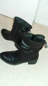 Black leather boots size (4-5)