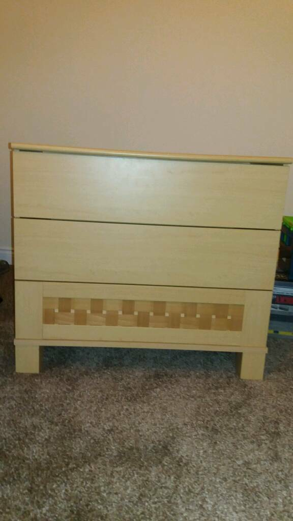 Bed room chest of drawers in light oak