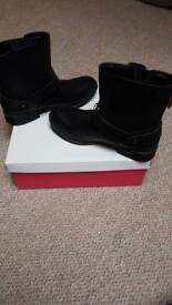 Black leandra boots