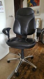 Swivel Office/Desk Chair. Black leather. Adjustable, Spins, Posh/High Quality