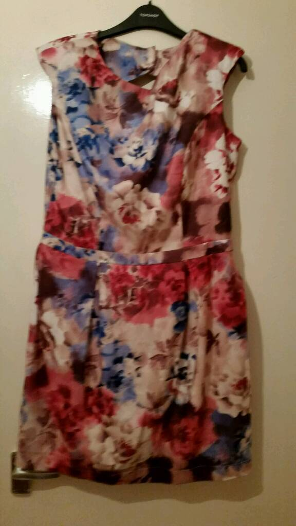 Dress bundlein Ballymena, County AntrimGumtree - Dress bundle including cream dress with multi coloured flowers size 16 white dress with pink grey and lime green flowers size 14 with tags and navy long formal dress size 10. Only worn a few times will accept £7 collection or £9 posting to UK...