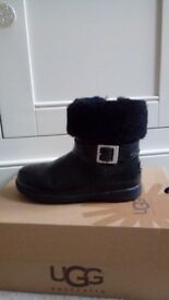GIRLS AUTHENTIC UGG BOOTS SIZE 9 - BLACK PATENT WITH FUR TRIM - ONLY £20