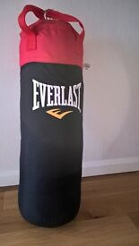 Everlast 3ft Punch Bag with Wall Fixings and Matching Gloves