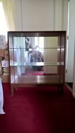 Display cupboard - solid wood with mirror back, 2 glass shelves and glass door