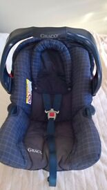 Baby car seat - Graco group 0+ - suitable from birth. In lovely condition.