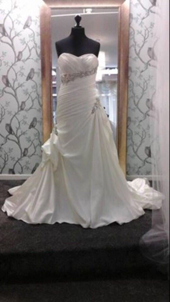 Stunning wedding dress, ivory with beautiful decorations to hip bust waist. Size 14 lace up