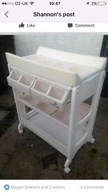 Baby changing unit with bath