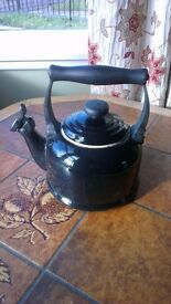 Le Creuset Traditional Kettle with Whistle, 2.1 L - Black