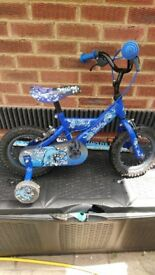 Boy's shark bike with stabilisers