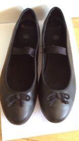 NEAR NEW GIRL SIZE 5 SCHOOL SHOES