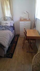 Lovely Room (4 ft double bed) in Charming clean house - £550 inc bills, furnished, great location