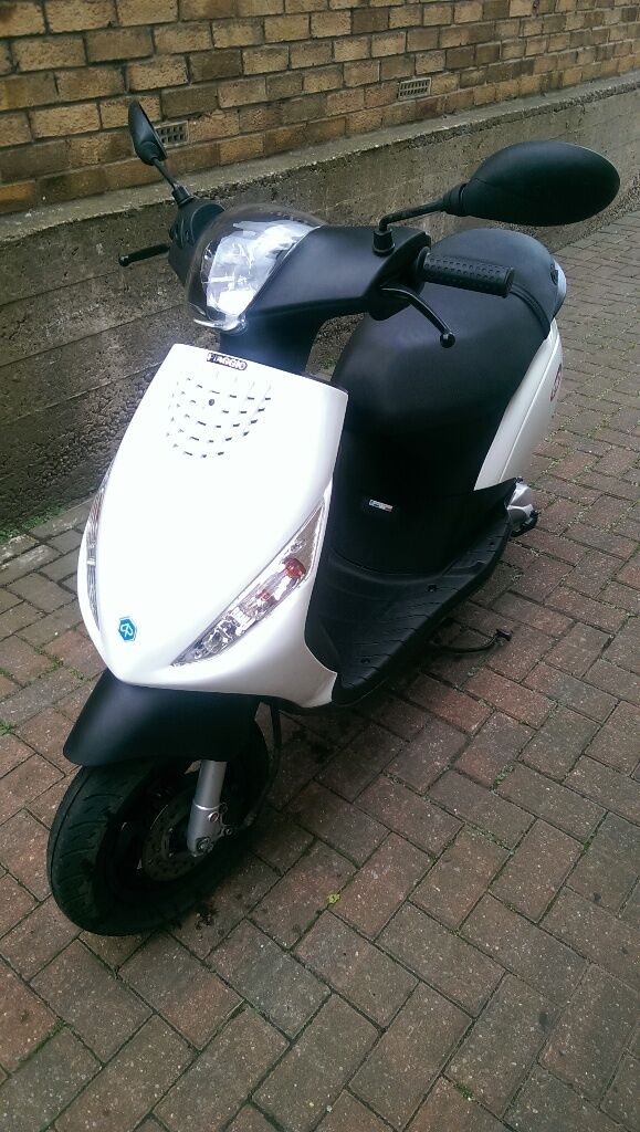 white piaggio zip 50 2t for sale in kippax west yorkshire gumtree. Black Bedroom Furniture Sets. Home Design Ideas